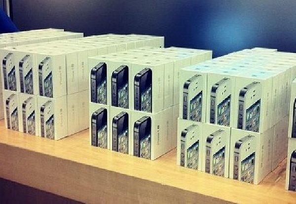 Apple iPhone 4S 64GB (Black and White) unlocked Offer ...